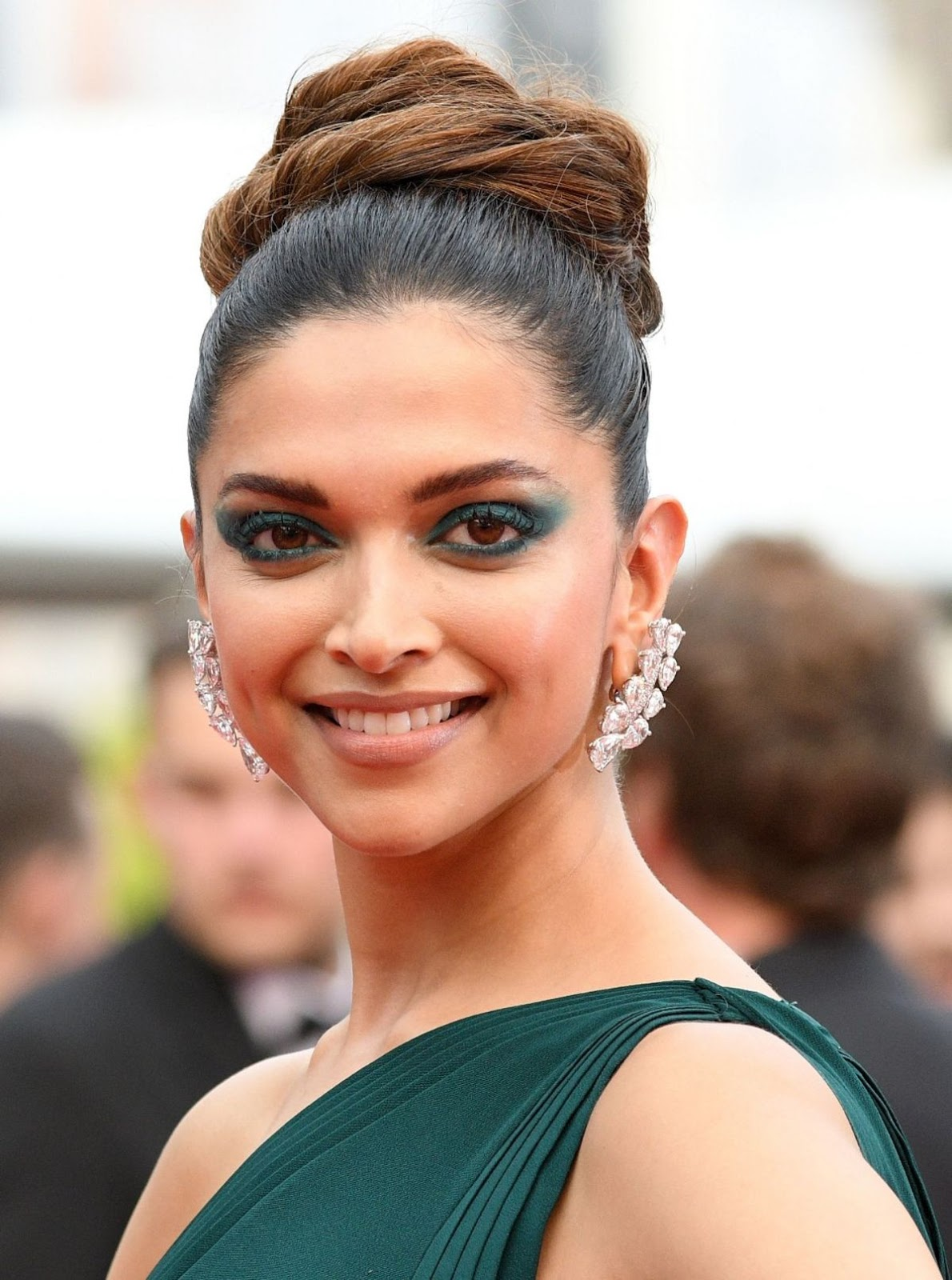 Deepika Padukone Teal Eye Makeup Look At 2017 Cannes ...