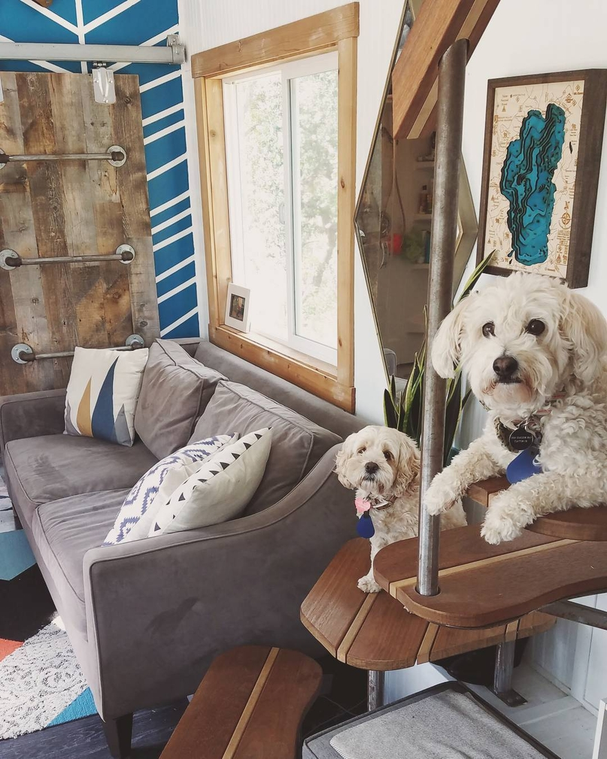 07-Sitting-Area-and-Dogs-Joshua-Shelley-Engberg-Cut-Excess-Architecture-with-a-Tiny-House-on-Wheels-www-designstack-co
