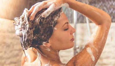 Ilustrasi wanita mandi.