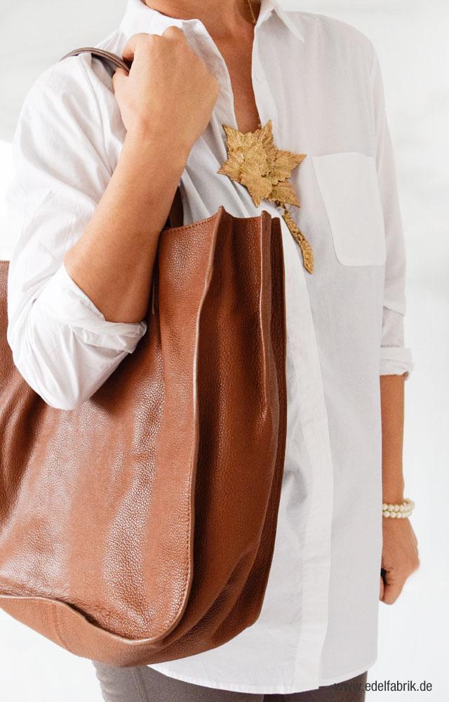 Tchibo Kollektion, Lässige Eleganz, Treggings in Taupe, weiße Hemdbluse, Ledershopper
