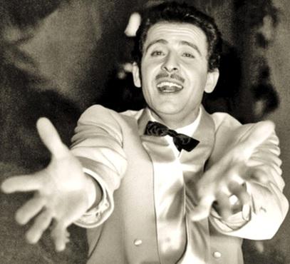Foto de Domenico Modugno cantando con el corazón