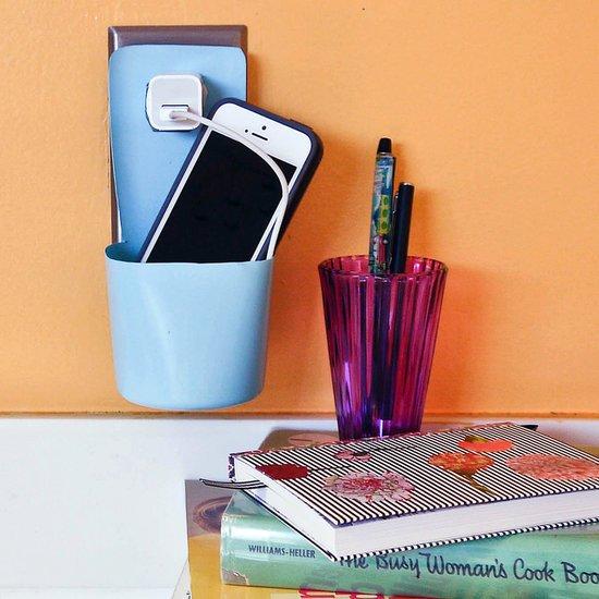 Porta celular para ser carregado na eletricidade feito de embalagem plástica