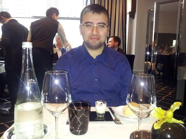 Paris Federic Simonin'de yemek yerken