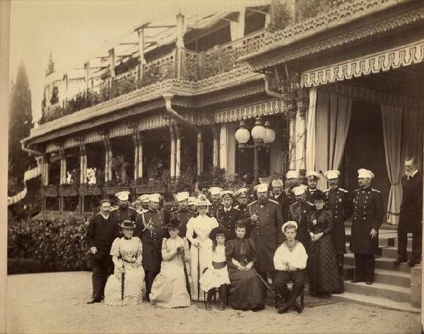 Император Александр III в кругу семьи и придворных около старого Большого Ливадийского дворца