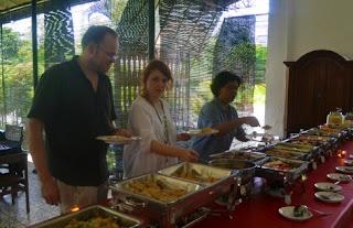 wisatawan asing makan di warung makan