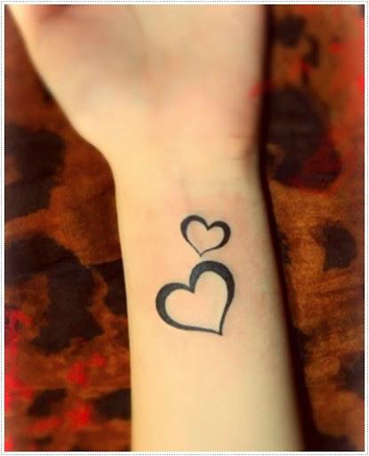 Coração pequeno tatuagens no pulso