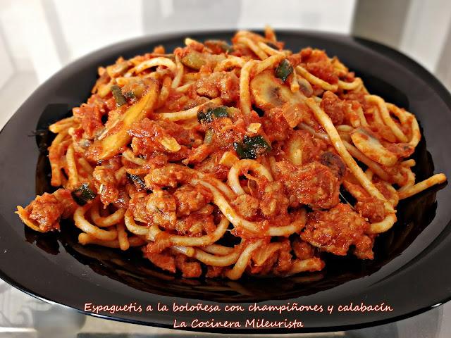 Espaguetis a la boloñesa con champiñones y calabacín