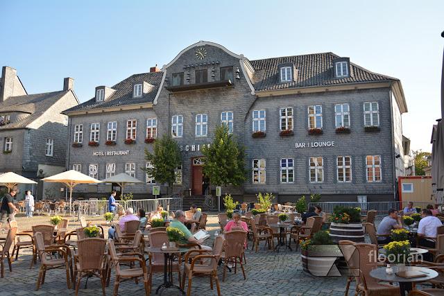 Rynek i informacja turystyczna w Goslar w Dolnej Saksonii.