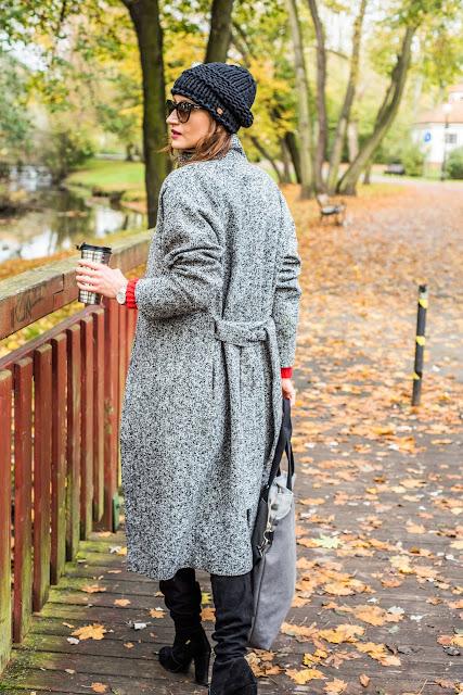 novamoda style, street style, jesienne inspiracje, jesienne kolory, jesienne must have, trendy, czapa, kabaretki, buty za kolano, jesienny płaszcz, jesienny styl, jak nosić płaszcz, magosha