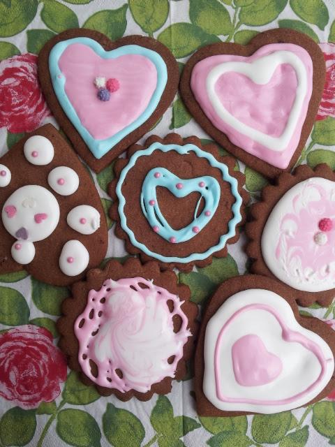 Kakaowe ciasteczka z lukrem królewskim
