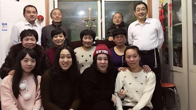 Algunos miembros de la comunidad judía de Kaifeng de China en la primera noche de Janucá, 6 de diciembre de 2015. (Shavei Israel)