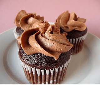 gambar kue cupcake cokelat buttercream