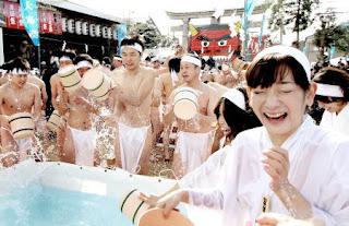白鉢巻きの男女が和田八幡宮で大寒みそぎ