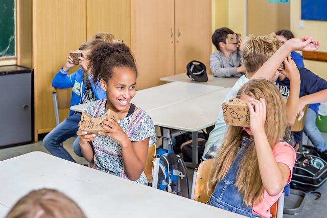 Foto von Schülerinnen und Schüler einer Grundschule in Berlin-Zehlendorf, die Google Expeditionen testen.