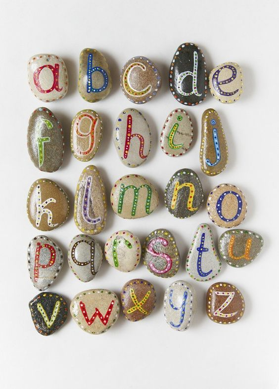 Piedras decoradas con letras abecedario