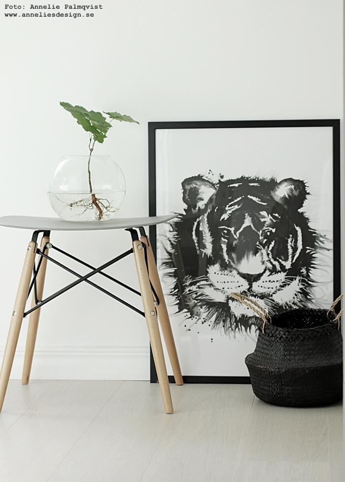 konsttryck, tiger, tigrar, svartvit, svartvita, svart och vitt, svartvit inredning, annelies design, webbutik, webbutiker, webshop, nettbutikk, nettbutikker, plakat, plakater, poster, posters, print, prints, tavla, tavlor, affisch, affischer, på väggen, walk in closet, växter med rötter, växt med rot, vas, glas, pall, kors, vitt, vit, vita,