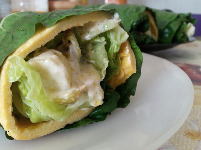 Rollos vegetales con queso de cabra y tortilla francesa casi terminados