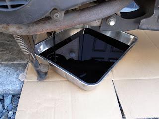 用意した廃油処理ボックスは嵩があって下側には入れられませんでした。仕方が無いのでステンレスバット登場