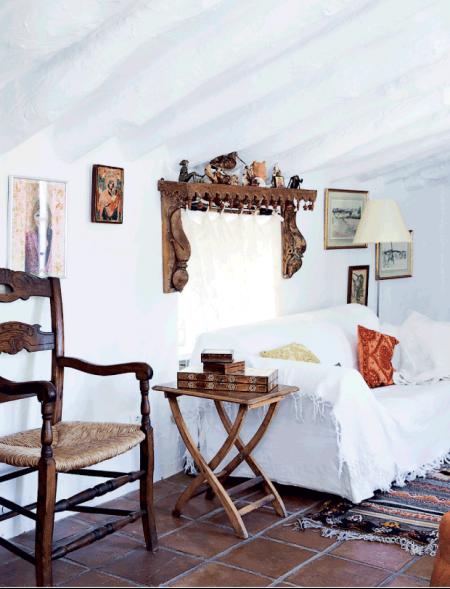 sofa con funda blanca y muebles de estilo espanol chicanddeco
