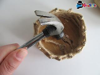 cestino con disco di legno con spago per pasqua