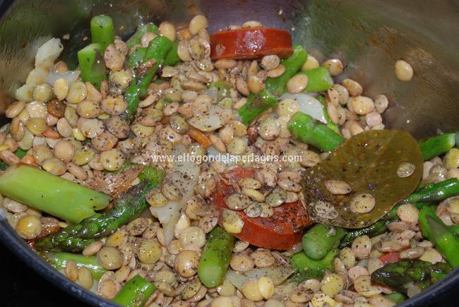 Rehogar las lentejas y las verduras