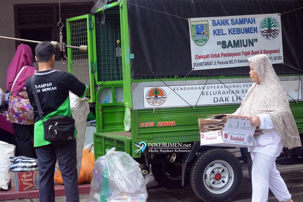 Warga Kelurahan Kebumen Bayar Tagihan PBB Pakai Sampah