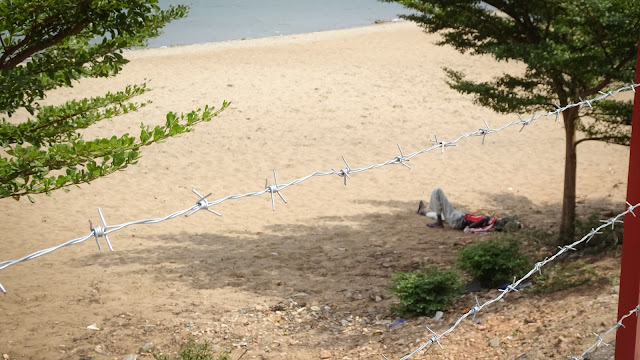 Barbwire to keep Hippos as good as possible outside of the Bujumbura City center