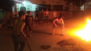 Warga Samili Aspal Sendiri Jalan Berlubang Sejauh 2 Km, Pemerintah Desa Dianggap Tutup Mata