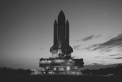 Nave Espacial lista para despegar en blanco y negro