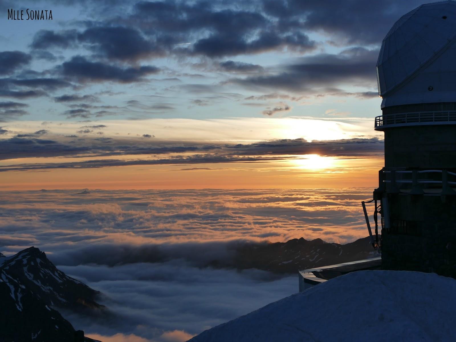 Coucher de soleil vue du Pic du Midi. Mer de nuage.