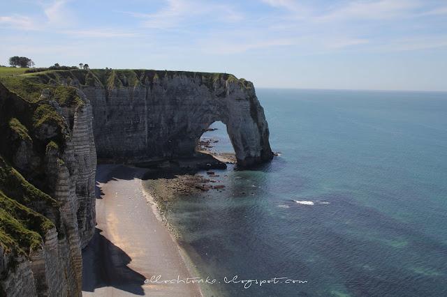 Spacer w widokiem na klify Etretat to jedna z największych atrakcji Normandii