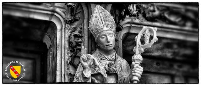 Statue de Saint-Nicolas (XVIe siècle) - Façade occidentale de la basilique de Saint-Nicolas-de-Port.