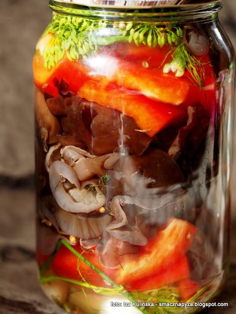 ucho bzowe kiszone, kiszona salatka z uszakow i papryki, salatka grzybowo warzywan, papryka, przetwory, kiszonki, jak ukisic uszaki