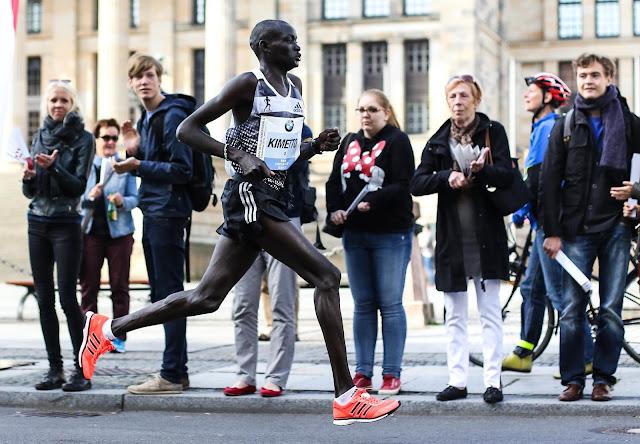 Dennis Kimetto akiwa katika kilomita 40 eneo la Gendarmenmarkt alipovunja rekodi ya dunia ya Marathon jijini Berlin,mwaka wa 2014. Picha/Kirsten Kortebein