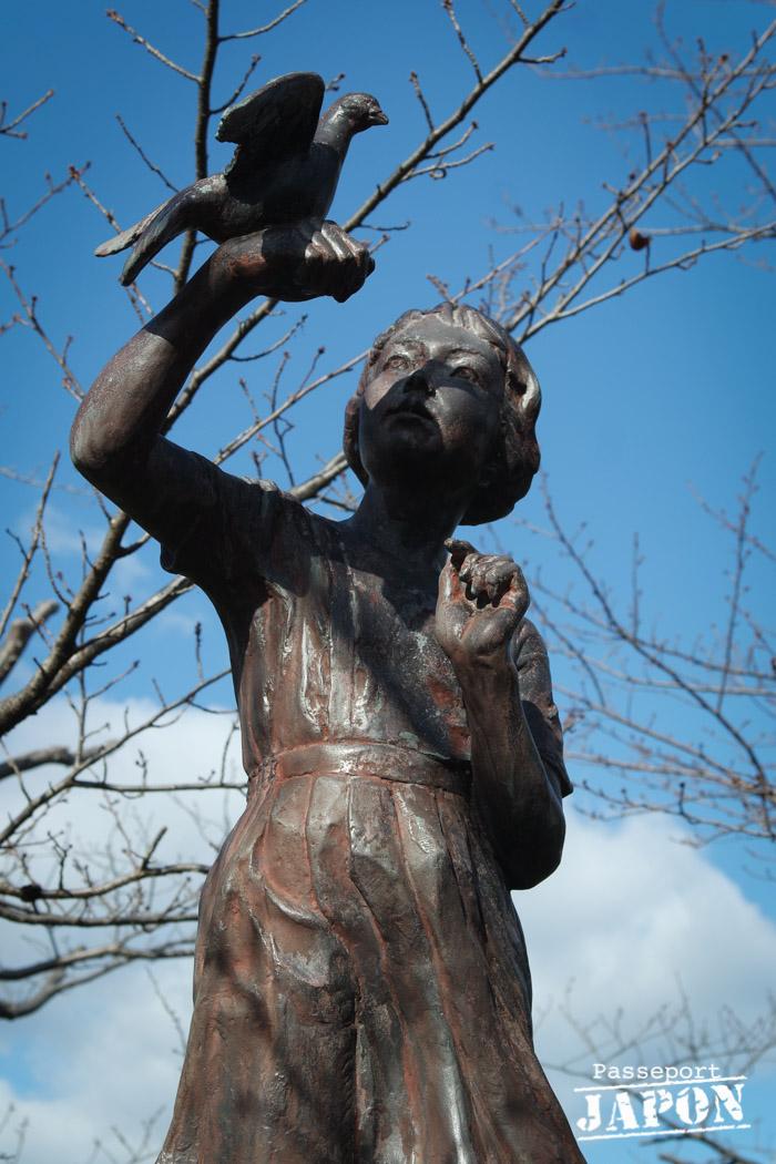 Statue de jeune fille tenant une colombe, parc de la paix, Nagasaki
