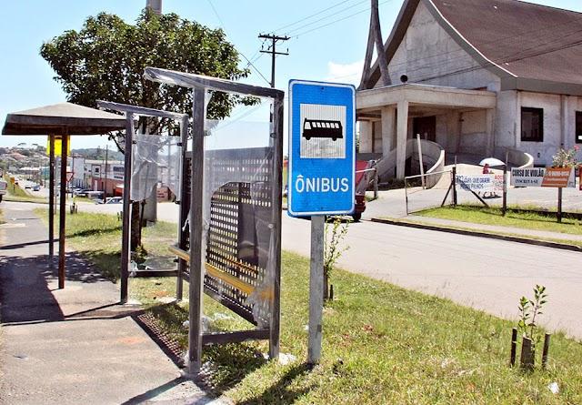 Vandalismo causa danos aos novos pontos de ônibus  em Colombo