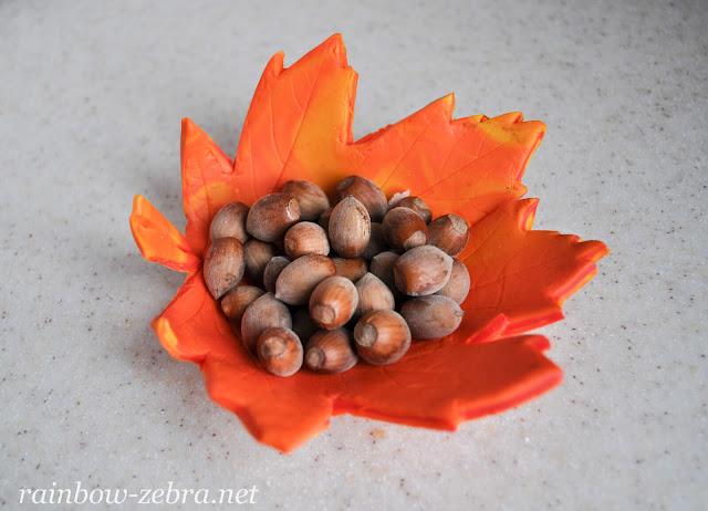 Чаша из листка с лесными орехами