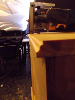 Billeterie alexis gruss, alexis gruss, stand d'accueil, borne d'accueil,  ismail et julien, ismail konate, julien kozlowski, conception, design, scène, citoyenneté, menuiserie, agence donner des ailes, dda, agence dda, juko access, juko concept, event design, designer d'événement, bureau d'étude et de conception, conception 3D,  , scénographie, makeover, space makeover, muséographie, expographie, aménagement, bois, menuiserie, art, art contemporain,