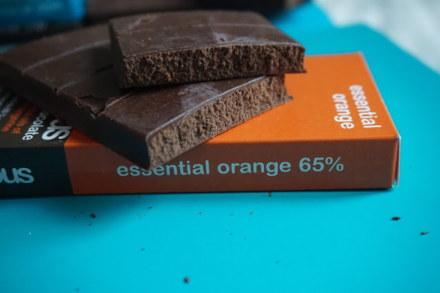 conscious_chocolate_organic_raw_handmade_bio_cru_sain_healthy_revue_avis_the_dark_side_wild_at_heart_coconut_crunch_cheeky_cherry_essential_orange_food_blogger_alimentation_reequlibrage_alimentaire_01