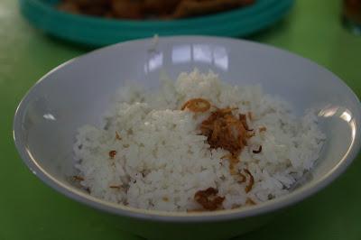 Nasi putih bertabur bawang goreng Sup Ayam Pak Min