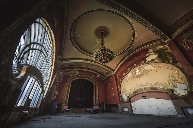 Inside the casino full of hauntingly abandoned in Romania pic 4