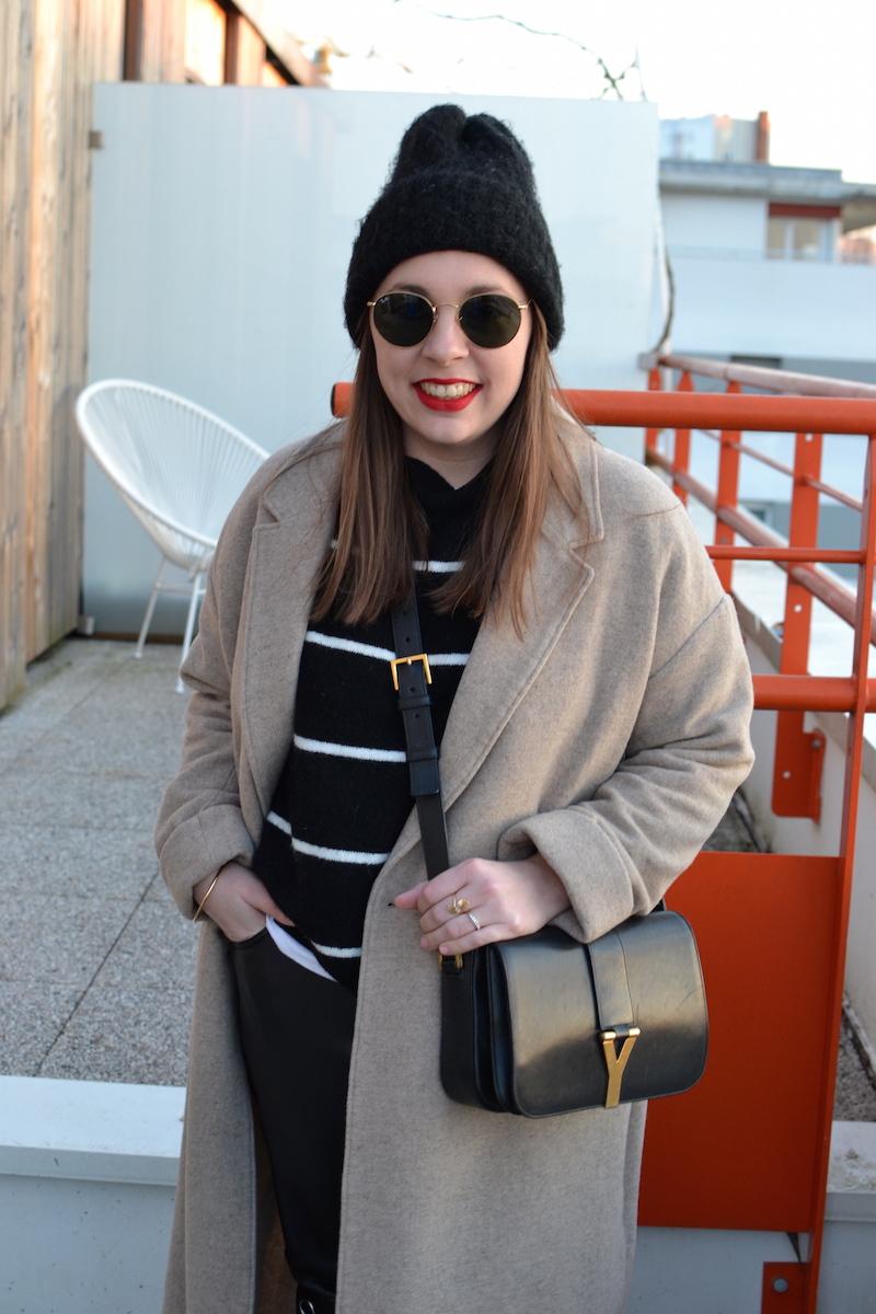 manteau long beige American Vintage, mariniére H&M, pantalon cuir H&M , bonnet noir, sac Saint Laurent