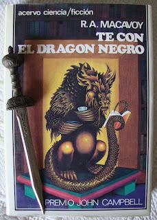 Portada del libro Té con el dragón negro, de R. A. Macavoy