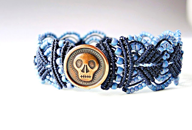 Micro macrame bracelet with skull button.