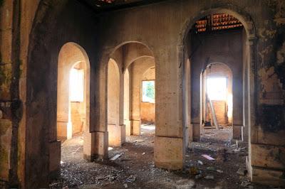 O interior da casa agrícola lembra uma catedral repleta de arcos plenos.