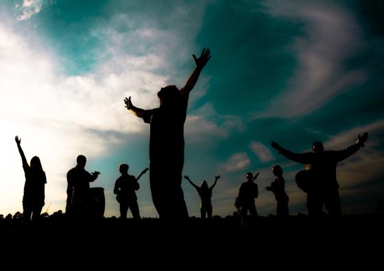 ¿Por qué levantamos nuestras manos?