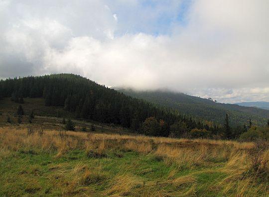 Jasna Góra, a za nią Polica schowana w chmurze.