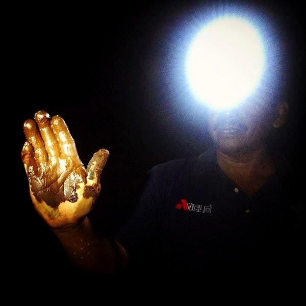 Nuestro guía Salvador Cuy se agacha y unta  su mano con el barro que los mayas usaban  para decorar su cuerpo en sus rituales y que además tiene muchas propiedades medicinales.