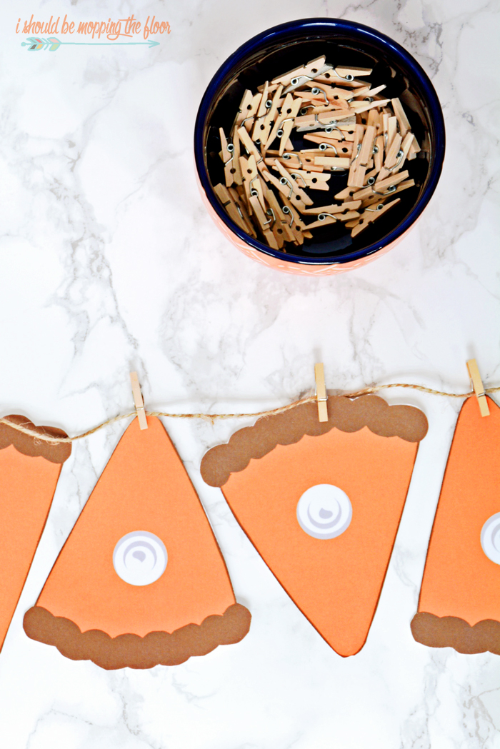 Free Printable Pumpkin Pie Banner | Instant download this freebie to make a pumpkin pie banner as long as you like! Super cute for fall decor.