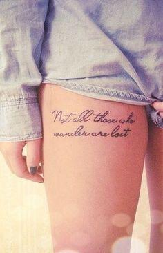Chica con un tatuaje de una frase en ingles en su muslo